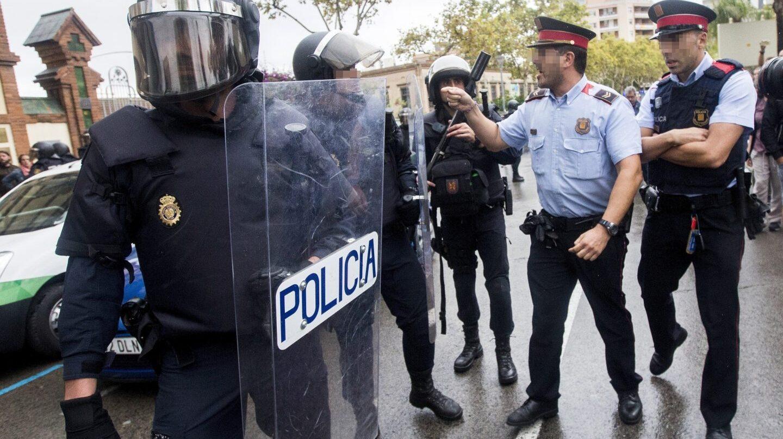 Discusión entre Mossos y agentes de la Policía Nacional durante la mañana del 1-O.