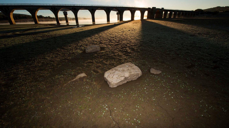 Vista del puente de Orzales sobre el pantano de Ebro