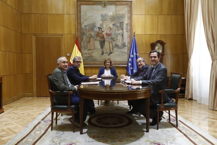 La ministra de Empleo, Fátima Báñez, reunida con los presidentes de CEOE y Cepyme (dcha), Juan Rosell y Antonio Garamendi, y los secretarios generales de CCOO y UGT (izda.), Unai Sordo y Pepe Álvarez.
