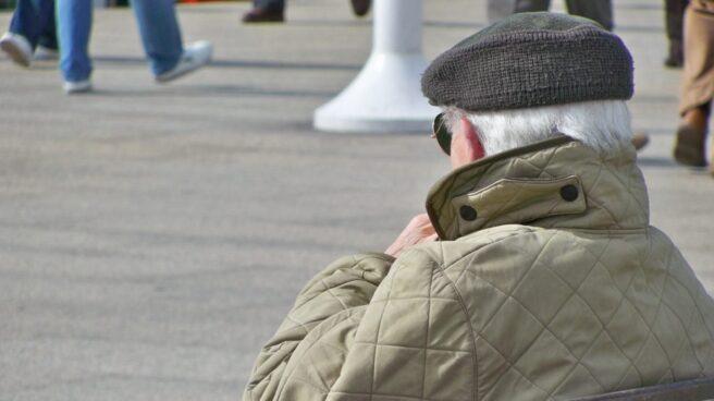 Imagen de un pensionista sentado en un banco en Madrid.