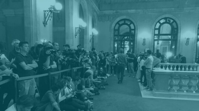 Los periodistas esperana a Puigdemont en el Parlament.