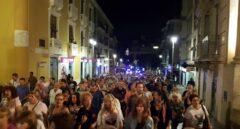 Centenares de vecinos de la Plataforma pro Soterramiento, en una protesta ante la sede de la patronal murciana Croem.
