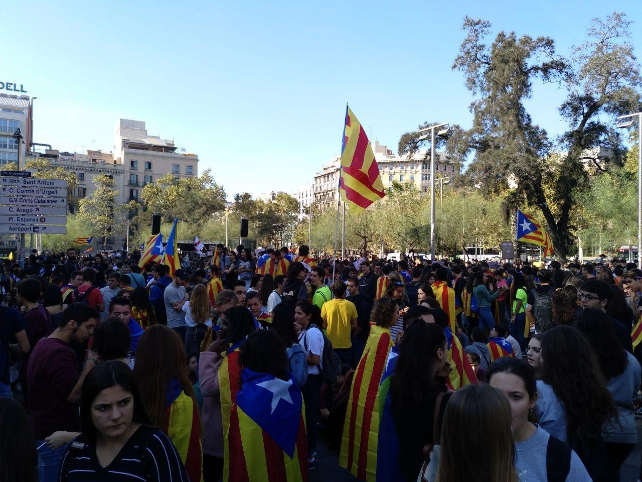 Los estudiantes catalanes, concentrados en la Plaza de la Universidad antes de dirigirse al Palau.