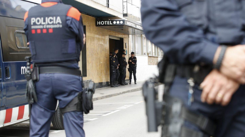 Mossos d'Esquadra custodian un hotel en Pineda (Barcelona) en que se alojan policías.