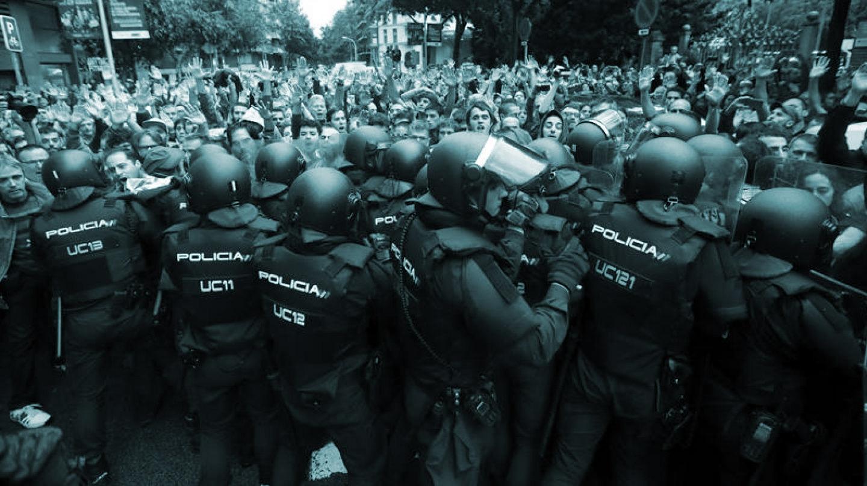 Antidisturbios de la Policía Nacional forman un cordón de seguridad en los alrededores del colegio Ramón Llull de Barcelona el 1-O.