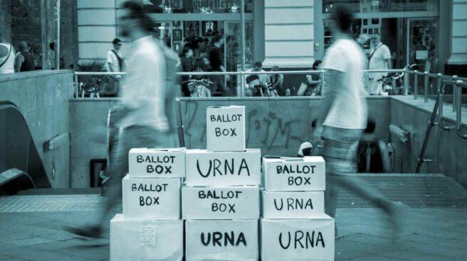Una instalación con urnas, en referencia al referéndum del 1-O, en una calle del centro de Barcelona.