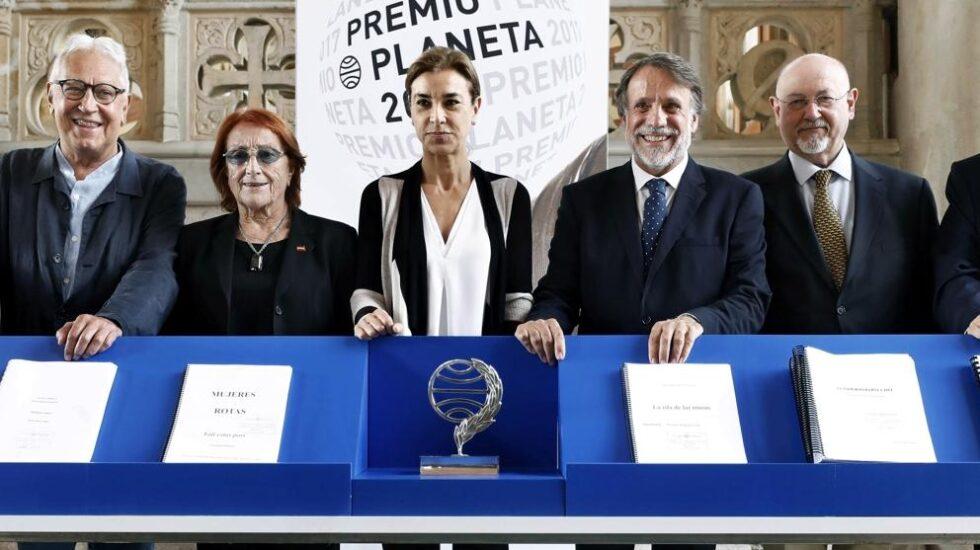 El presidente del Grupo Planeta y el jurado del Premio Planeta.