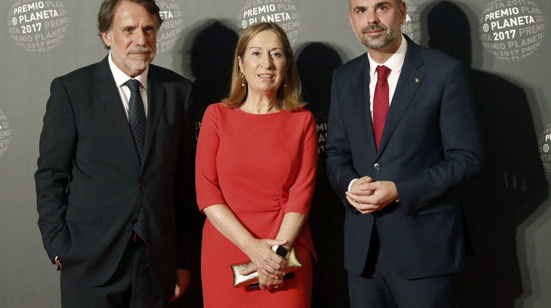 La presidenta del Congreso de los Diputados, Ana Pastor, el conseller Santi Vila y del presidente del Grupo Planeta Jose Creuheras.