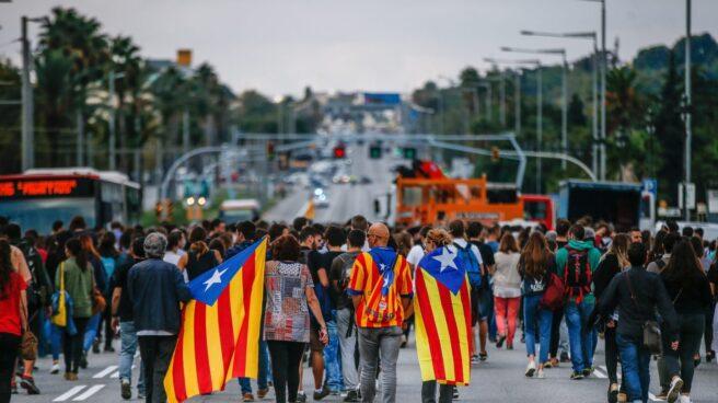 Estudiantes y trabajadores de la Universidad de Barcelona cortan la avenida Diagonal.