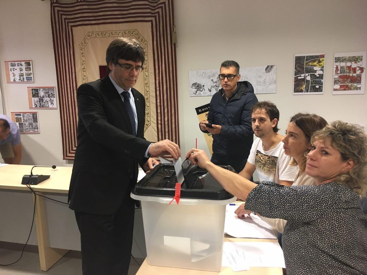 Carles Puigdemont, votando en Cornellà de Ter.