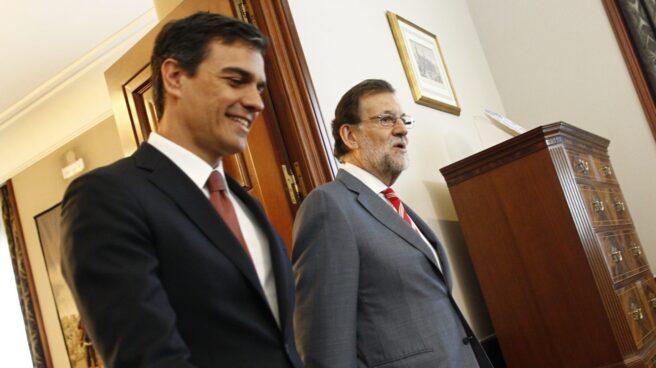 El presidente del Gobierno, Mariano Rajoy, junto al líder de la oposición, Pedro Sánchez.