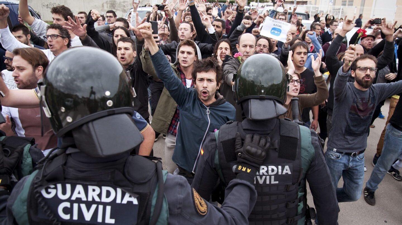 La Guardia Civil, a las puertas de un centro de votación de Sant Julià de Ramis (Girona) el 1-O.
