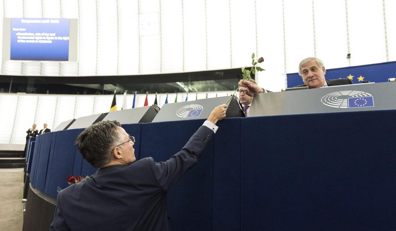 Ramón Tremosa, eurodiputado del PDeCat, ofrece una rosa al presidente de la Eurocámara, Antonio Tajani.