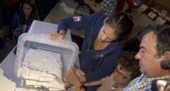 Empieza el recuento de papeletas en el colegio electoral de la Escola Industrial de Barcelona a la finalización de la jornada de referéndum del 1 de octubre convocado por el Govern y suspendido por el Tribunal Constitucional.