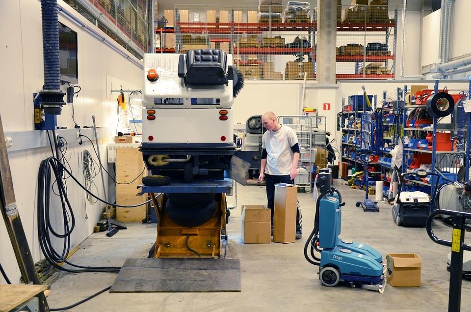 Un profesional autónomo trabaja en un taller mecánico.