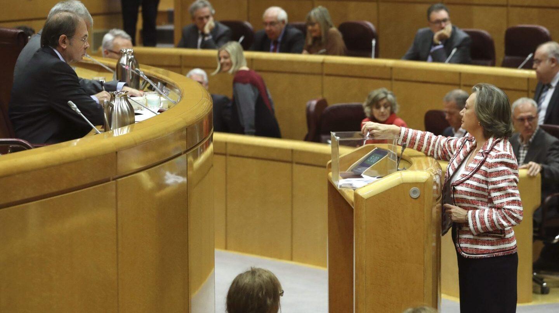 Luisa Fernanda Rudi vota durante la sesión del Senado.