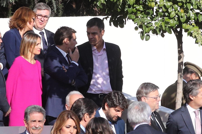 Albert Rivera y Pedro Sánchez conversan antes del desfile de la Fiesta Nacional.
