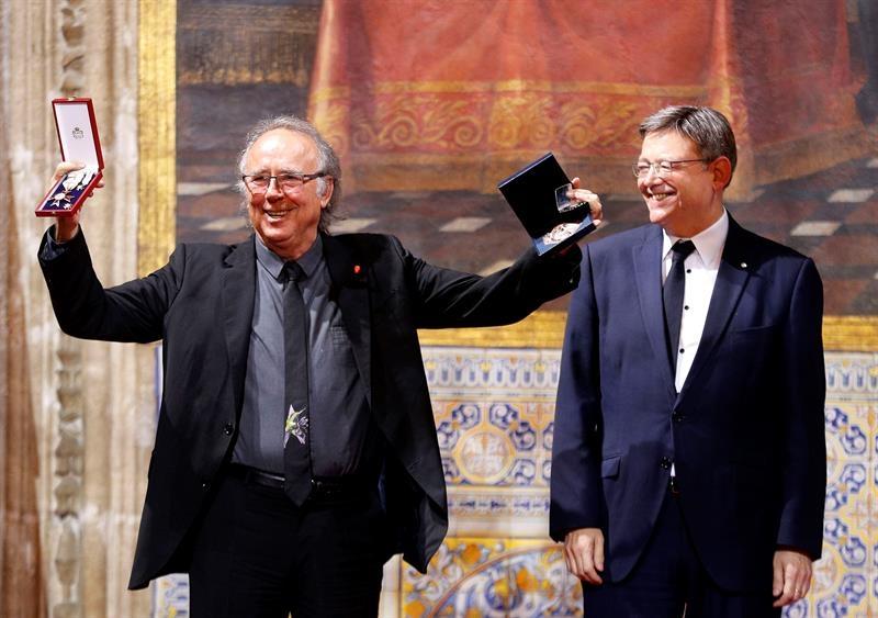 Serrat ha recibido de manos del president de la Generalitat, Ximo Puig, la más alta distinción de la Generalitat con motivo del 9 d'Ocutbre, Día de la Comunitat Valenciana.