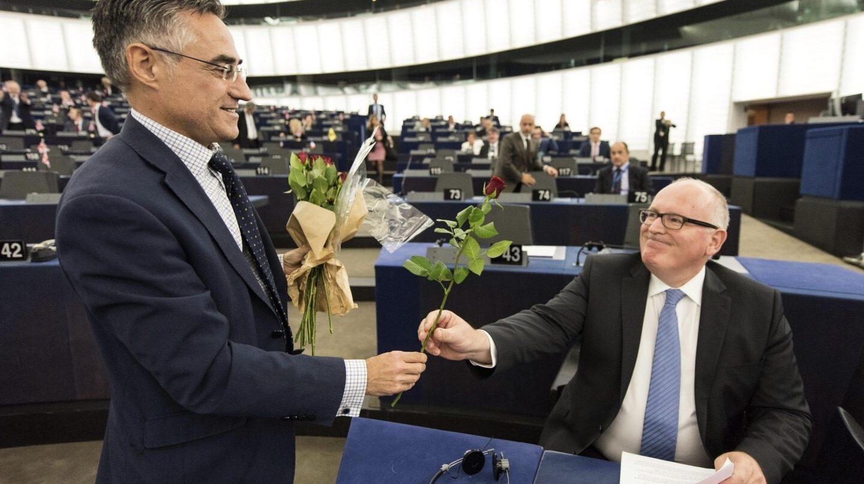 El eurodiputado del PDeCat, Ramón Tremosa, reparte rosas entre los portavoces del Parlamento Europeo.