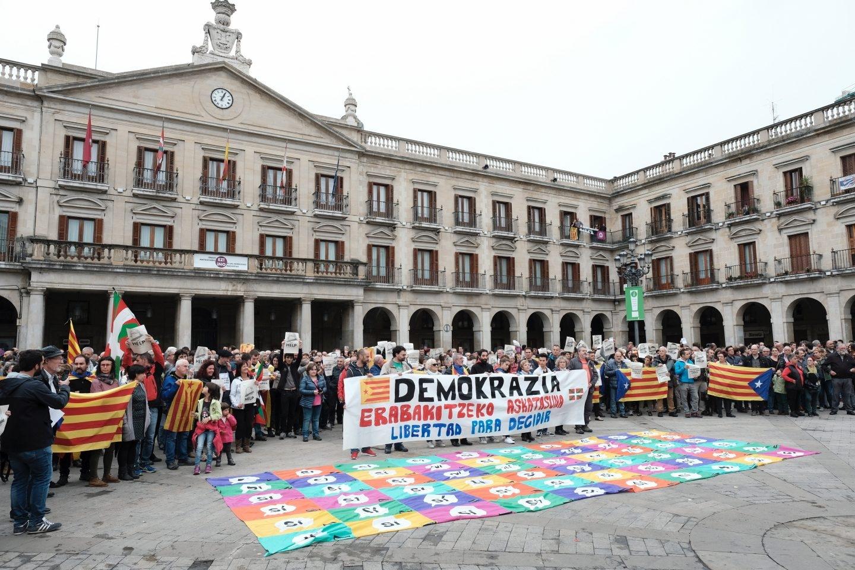 Varios cientos de personas se han concentrado hoy en Vitoria para mostrar su apoyo al referéndum declarado ilegal por el Tribunal Constitucional que se está celebrando hoy en Cataluña convocados por la iniciativa por el derecho a decidir Gure Esku Dago.