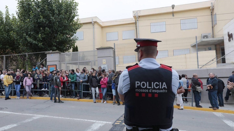 Colas para votar el 1-O en el IES Montbui, de Santa Margarida de Montbui (Barcelona) ante la pasividad de los Mossos.