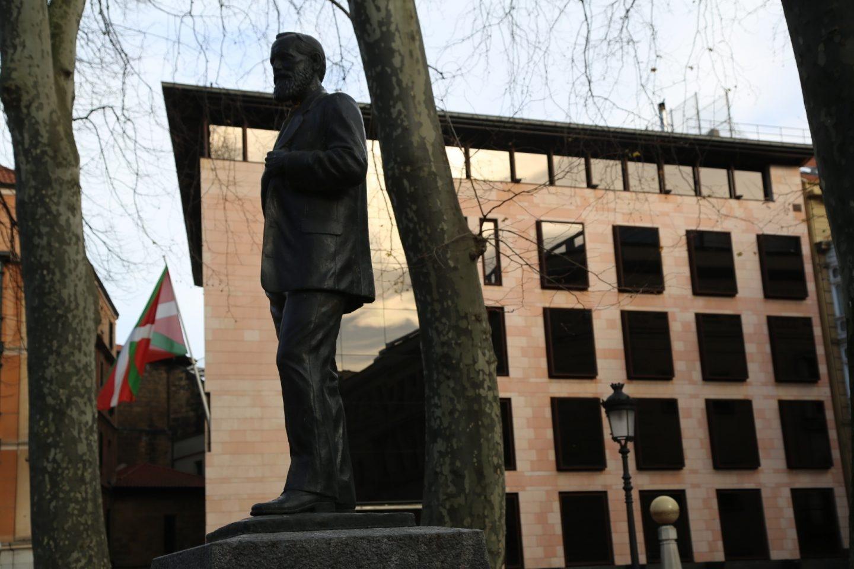 Estatua de Sabino Arana ante la sede de la formación nacionalista, levantada en el mismo solar en el que se encontraba la vivienda familiar del fundador del PNV.
