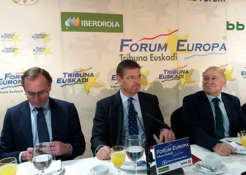 El ministro de Justicia, Rafael Catalá, junto al presidente del PP vasco, Alfonso Alonso, hoy en Bilbao.