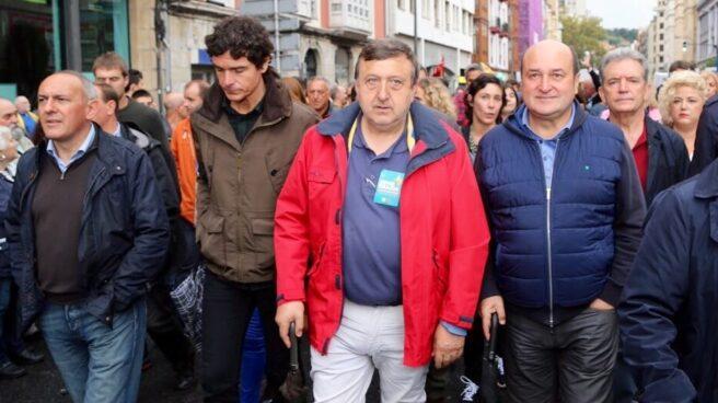 Andoni Ortuzar, junto a otros cargos y dirigentes del PNV, durante una de las manifestaciones de 'Gure esku dago' en favor del 'procés' en Cataluña.