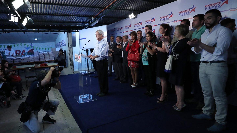 El candidato derechista a la Presidencia de Chile, Sebastián Piñera, habla durante una acto de campaña.