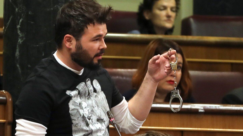 Gabriel Rufián muestra las esposas en el Congreso.