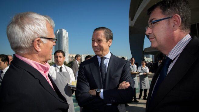 El ex presidente de la Comunidad Valenciana, Eduardo Zaplana,, conversa con el alcalde de Valencia, Joan Ribó y el presidente de Les Corts, Enric Morera.
