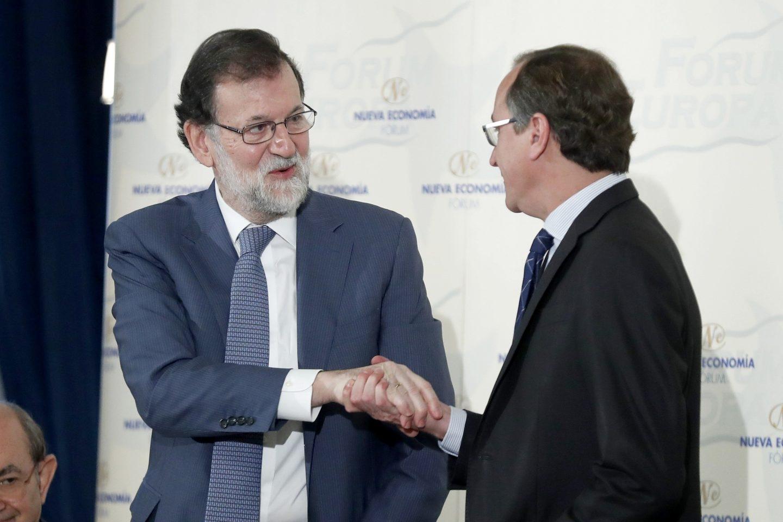 El jefe del Ejecutivo, Mariano Rajoy, saluda al presidente del PP del País Vasco, Alfonso Alonso, en un desayuno informativo.