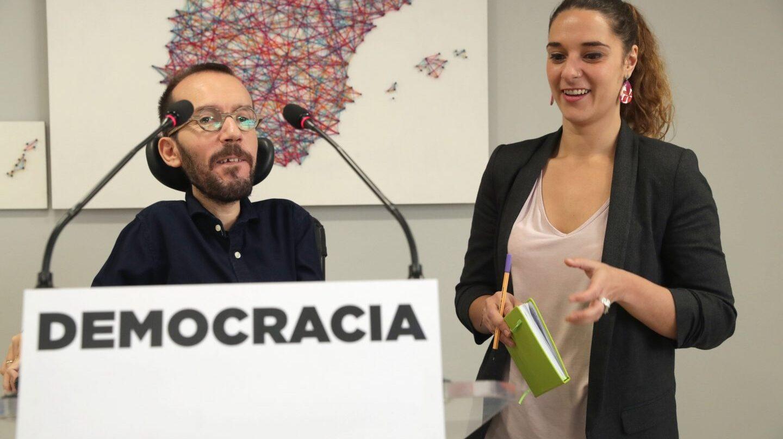 El secretario de Organización de Podemos, Pablo Iglesias, y la coportavoz de la Ejecutiva, Noelia Vera.