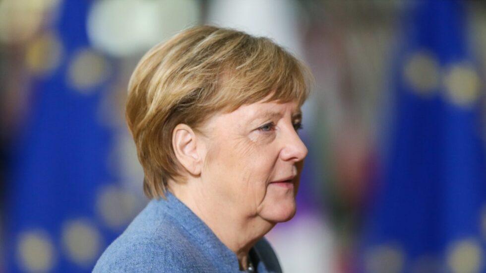 La canciller Angela Merkel, ahora más vulnerable, acude a Bruselas a una cumbre de la UE.
