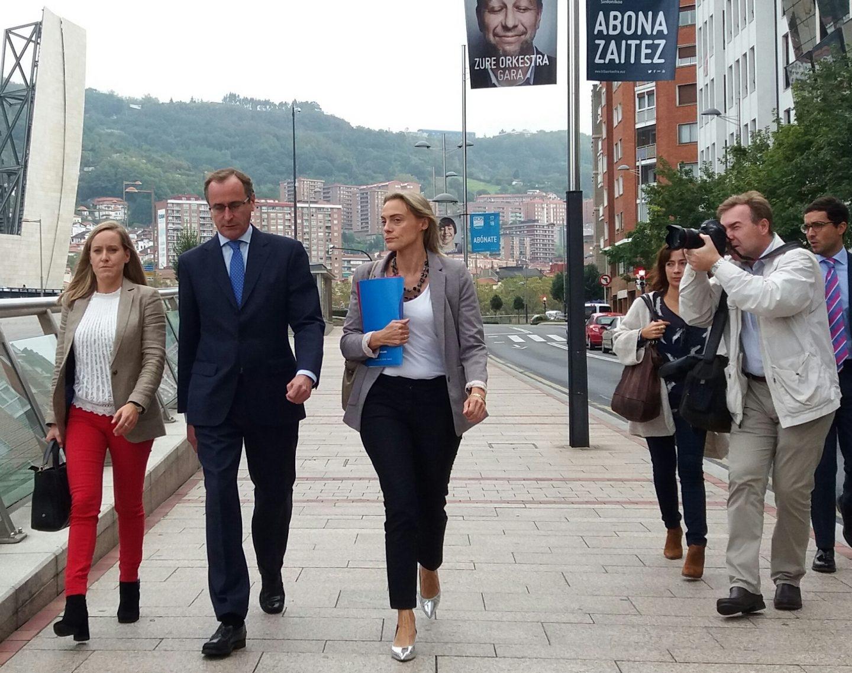 La secretaria general del PP vasco, Amaya Fernández, junto al presidente del PO en Euskadi, Alfonso Alonso y la presidenta en Vizcaya, Raquel González.