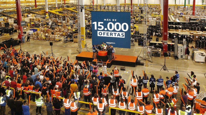 Presentación de las ofertas de Amazon para el Black Friday en una de las plantas de la empresa.