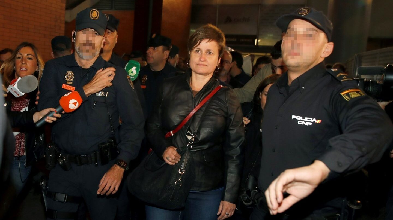 Anna Simó es protegida por la Policía a su llegada a Madrid.