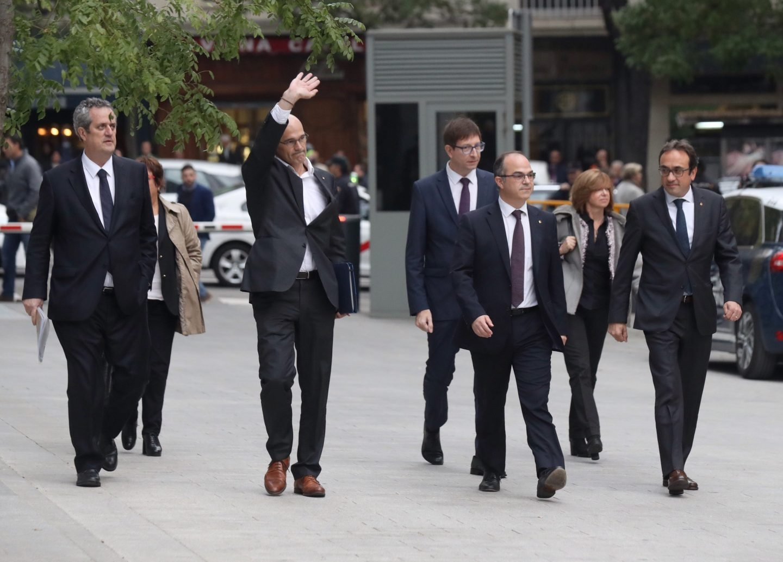 Maritxel Borrás, a la derecha, llega a la Audiencia junto a otros ex consellers.