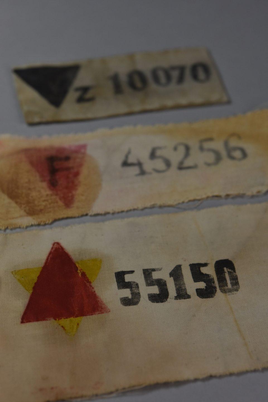 Exposición de Auschwitz en Madrid: brazalete de prisionero.