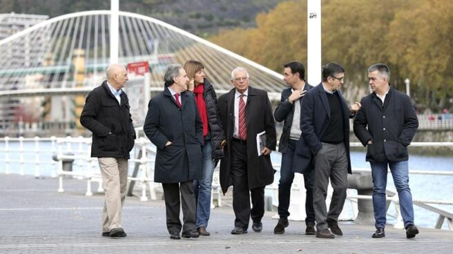 Josep Borrell, junto a dirigentes del PSE, minutos antes de participar en un acto en Bilbao.
