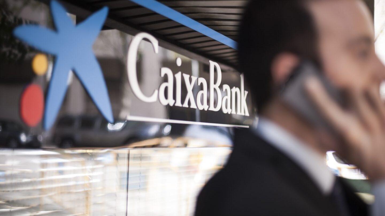 Logo de CaixaBank en una oficina del banco.