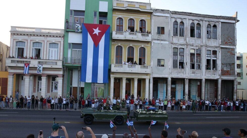 Paso del cortejo fúnebre de Fidel Castro por las calles de La Habana.