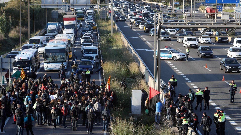 Huelga en Cataluña: los piquetes cortan la autovía en Hospitalet.