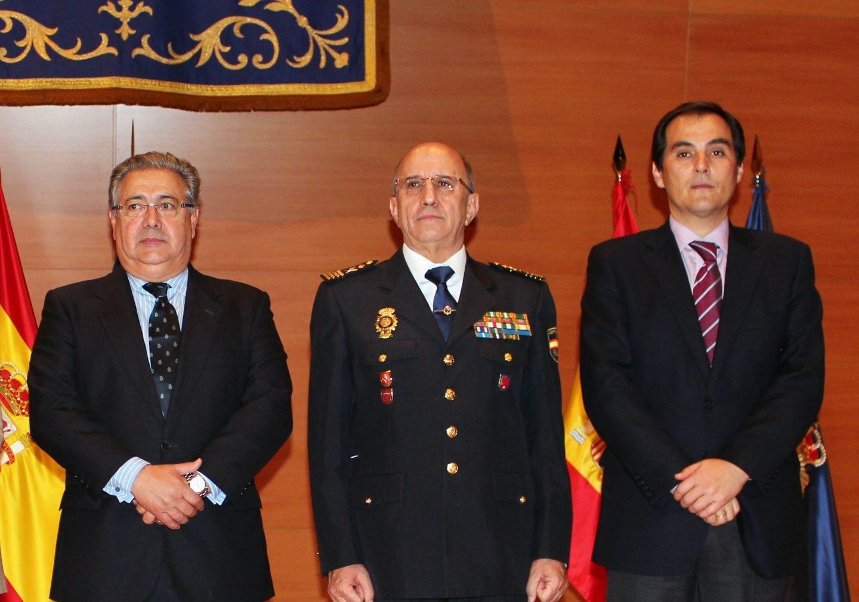 Florentino Villabona, flanqueado por el ministro Zoido y el secretario de Estado de Seguridad, el día que tomó posesión como DAO.