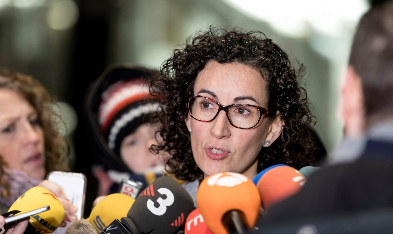 Marta Rovira, secretaria general de ERC, atendiendo a los periodistas.