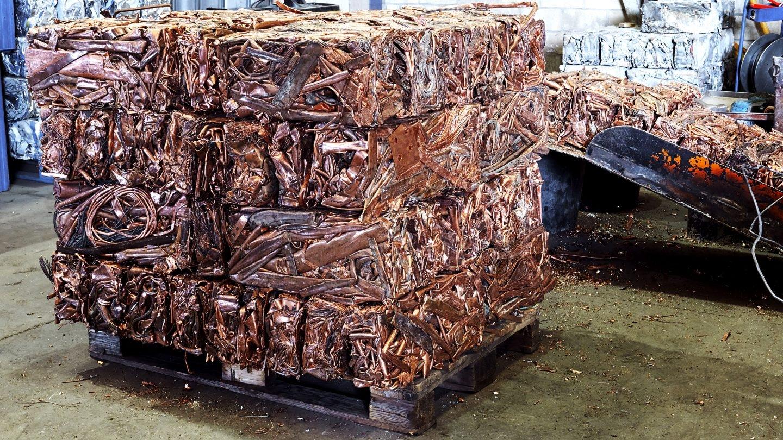 Paquete de cobre en una planta de reciclaje.
