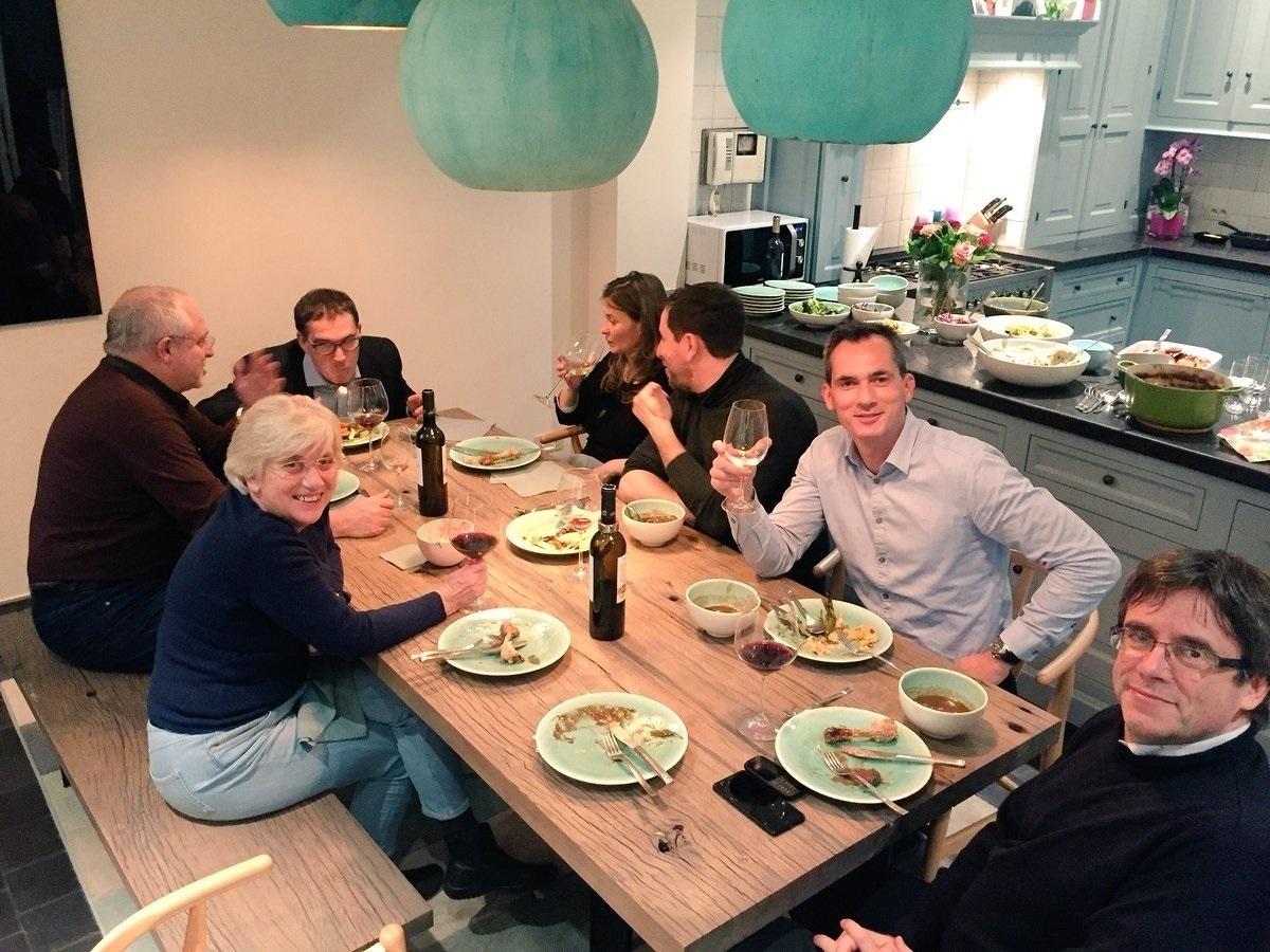 Puigdemont y sus consellers en casa de un diputado flamenco.