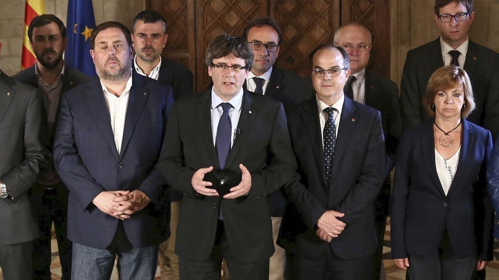 El ex presidente del Gobierno de Cataluña, Carles Puigdemont, junto al resto de ex consejeros tras el referéndum del 1-O.