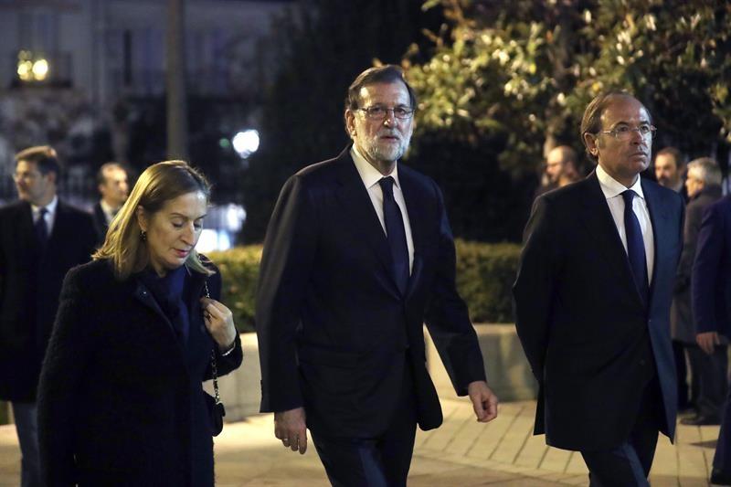 Mariano Rajoy, flanqueado por Ana Pastor y Pío García-Escudero, dirigiéndose al funeral de José Manuel Maza.