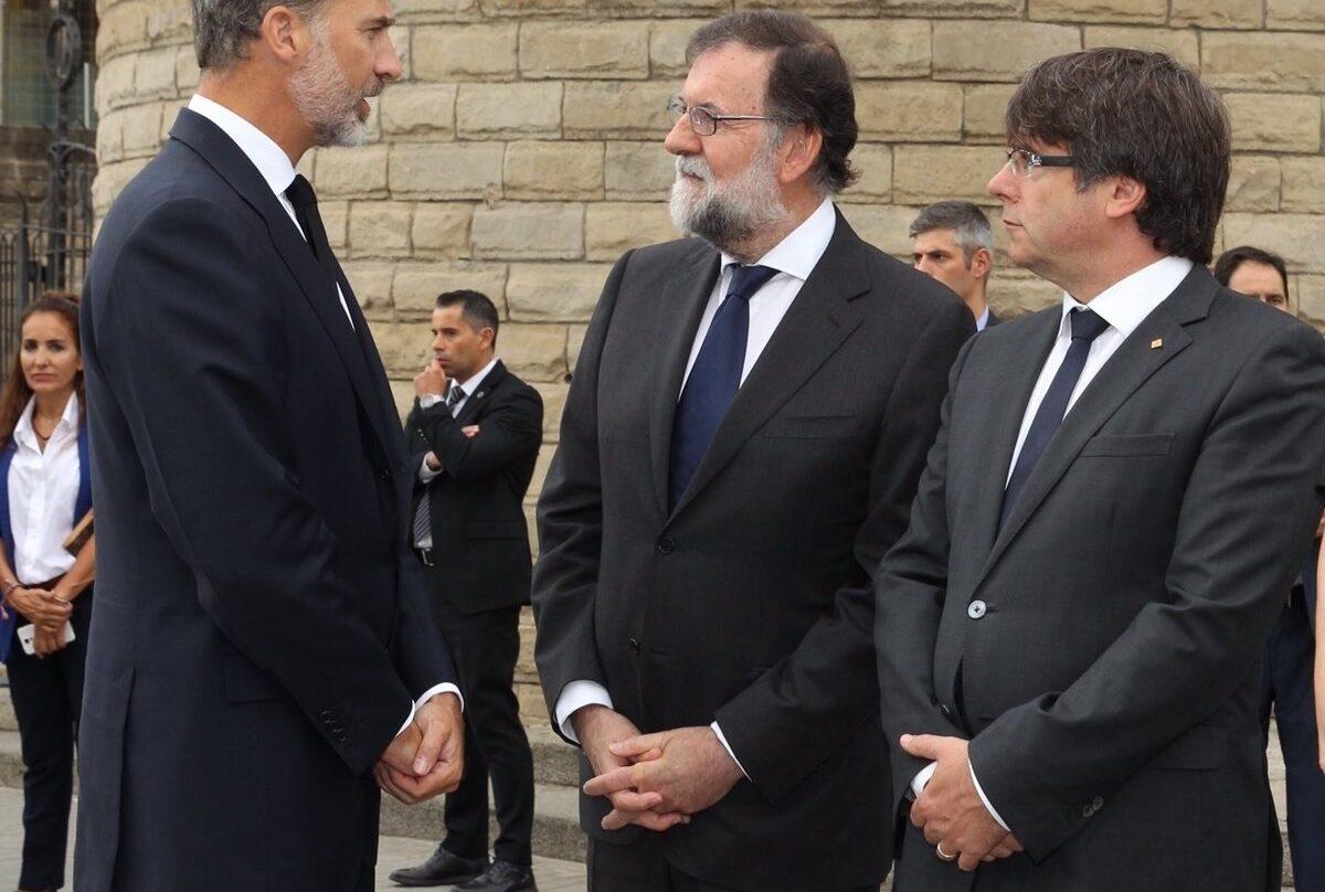 El Rey, Rajoy y Puigdemont, antes de la misa oficiada en honor de las víctimas del doble atentado de Cataluña.